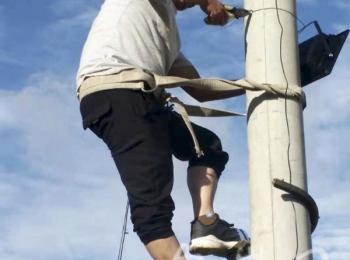 汪一平:退休教师自费装路灯 照亮村民出行路